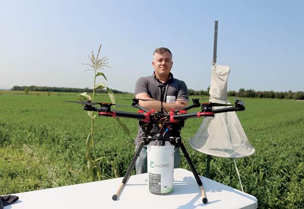 Le vice-président aux opérations de Canopée, Alexandre Maltais, pose avec le drone muni d'un épandeur d'œufs de trichogrammes pouvant contenir jusqu'à 500000micro-insectes. Le fournisseur de services en dronautique agricole est partenaire du projet. Crédit photo: Josianne Desjardins
