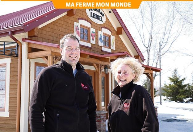 Martin Lebel et Diane Lajoie attendent les beaux jours pour ouvrir le kiosque de ventes. Crédit photo : Maurice Gagnon