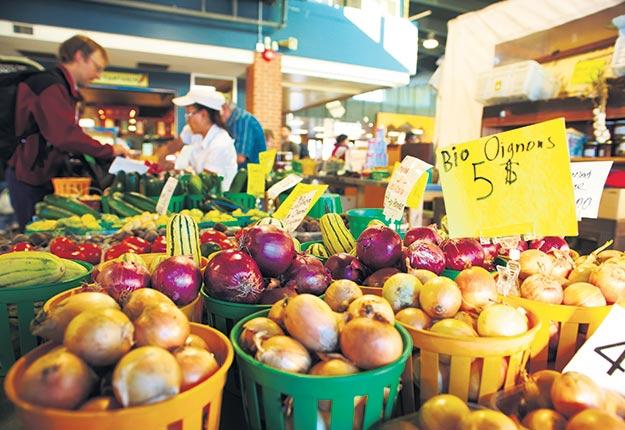 La majorité des restaurateurs sont sensibles aux prix des aliments. Thibault Renouf affirme que les producteurs qui vendent leurs produits biologiques à un prix élevé ont moins de commandes. Crédit photo : Martin Ménard/TCN