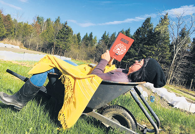 L'auteure du livre Des réguines et des hommes, Julie Myre Bisaillon, vit à la campagne auprès d'un producteur maraîcher biologique. Crédit photo : Fabienne Theis