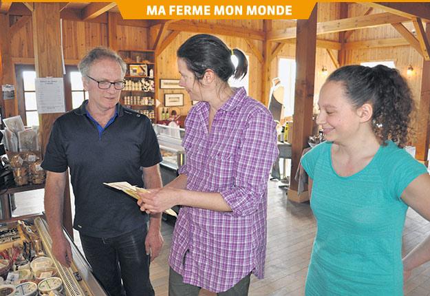 Charles Trottier en compagnie de deux membres de son personnel, Linda Brouillette et Laurence Petitclerc. Crédit photo : Johanne Martin