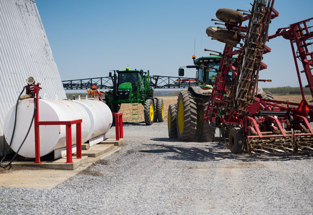 Les tracteurs de forte puissance consomment de grandes quantités de carburant. Une hausse de 25 cents du prix du diesel représente des milliers de dollars pour les agriculteurs. Crédit photo : Martin Ménard/TCN