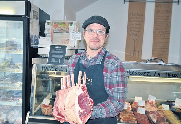 Pascal Hudon, propriétaire de la boucherie Pascal le boucher, à Montréal. Selon lui, cette côte de bœuf des Leblanc relève les défis d'offrir un gras doré et une viande persillée issue d'un élevage à l'herbe. Crédit photo : Marc-Alain Soucy