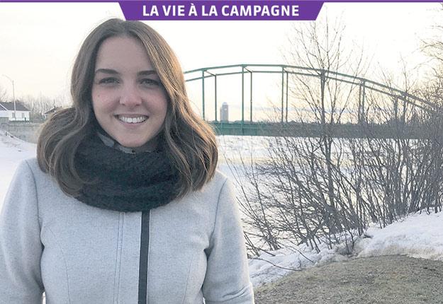 Sophie Pelletier, ancienne finaliste de Star Académie, devant le pont de Rivière-Ouelle. Crédit photos : Maurice Gagnon