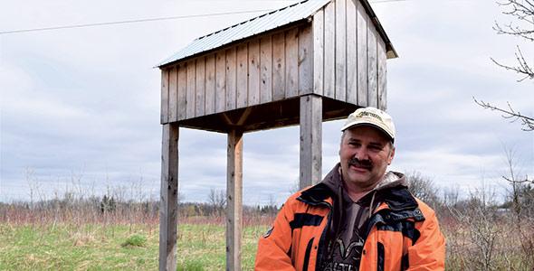 Yvan Lussier retardera de quelques années la démolition d'un vieux hangar,  le temps que les hirondelles rustiques fassent la transition vers cette structure aménagée pour elles.