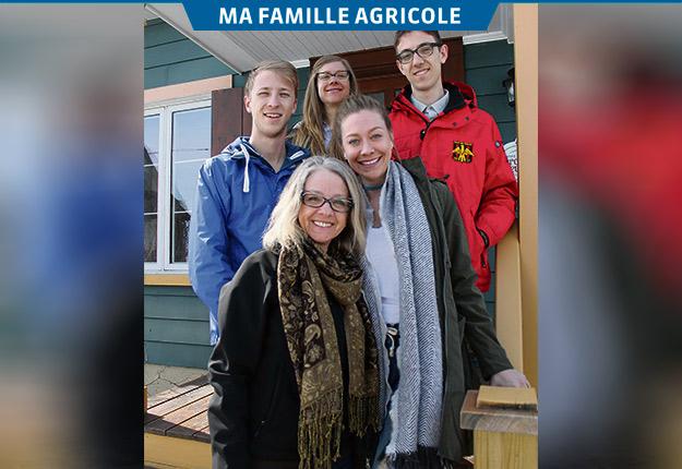 Jocelyne Ravenelle (àl'avant) entourée de ses enfants Gabriel, Élise, Marie et Antoine Beauchemin. Photos : Charles Prémont