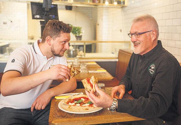 Le chef principal Mirko d'Agata, de la chaîne de pizzerias No 900, goûte à sa création en compagnie de son fournisseur de mozzarella di bufflonne, Louis Hébert, de Buffalo Maciocia. Crédit photo : Denis Germain