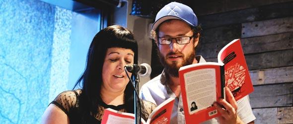 Le couple s'est prêté au jeu de lire certains passages à deux lors du lancement du livre, le 8 mai. Crédit photo : Les Anti Stress de Monsieur Ménard
