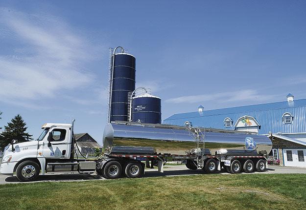 Les producteurs de lait canadiens ont vu leurs recettes monétaires augmenter de 6,3 % en 2017 et de 0,7 % pour le premier trimestre de 2018. Ces hausses s'expliquent par la croissance des volumes produits, puisque les prix unitaires étaient en baisse pendant ces périodes. Crédit photo : Archives/TCN