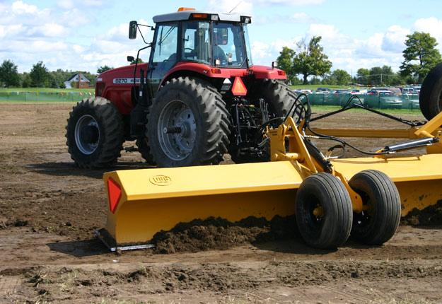 Certains malfaiteurs fournissent gratuitement de l'équipement de nivelage pour étendre des sols contaminés livrés illégalement. Crédit photo: Archives/TCN