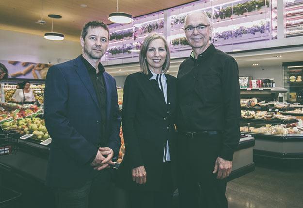 Martin Brault, Sylvie Senay et Rolland Tanguay posent dans le nouveau supermarché Avril de Laval, le premier à intégrer un tout nouveau système de culture verticale. Crédit photo : Gracieuseté d'Avril