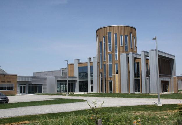 Le bois et la fenestration sont prédominants dans l'architecture du nouveau Complexe agricole biologique inauguré à Victoriaville le 1er juin. Crédit photo : Gracieuseté du Cégep de Victoriaville