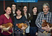 Toute la famille a toujours participé aux activités de la ferme. Laurence en compagnie de son frère Étienne, de sa mère Nancy, de ses sœurs Anne-Sophie et Élisabeth, et de son père Julien. Crédit photo : Johanne Martin