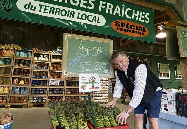 Mario Vanier, de la Ferme Régis, utilise tous les moyens possibles pour mettre en vedette ses produits locaux et régionaux. Crédit photo : Steeve Duguay