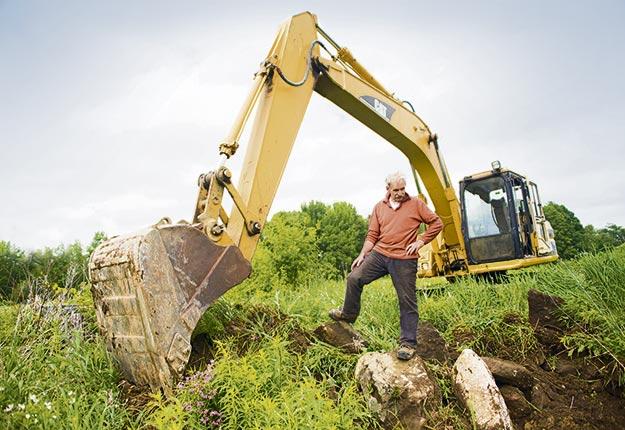 Marcel Brais aimerait bien enterrer son « mur de roches » et cultiver le lot, mais le Règlement sur les exploitations agricoles fait obstacle. Et son cas n'est pas unique. Crédit photo : Martin Ménard / TCN