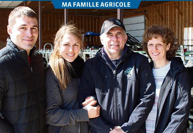 Toute la famille partage une passion commune pour l'agriculture : Antoine, Justine, Bruno, Marie-Édith, ainsi que Jeanne (absente de la photo). Crédit photo : Frédéric Marcoux