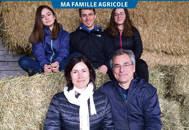 Noémie, Édouard et Anouk ainsi que leurs parents Brigitte Maillette et Michel Guérin, des Fromages du verger. Crédit photos : Geneviève Quessy
