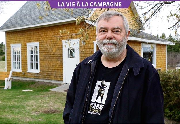 L'artiste peintre et poète Raynald Légaré a aménagé un atelier derrière sa maison de campagne. Crédit photo : Maurice Gagnon