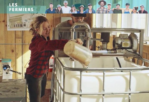Hannah et Jean-Martin, en pleine fabrication de thé de compost. Crédit : Unis TV
