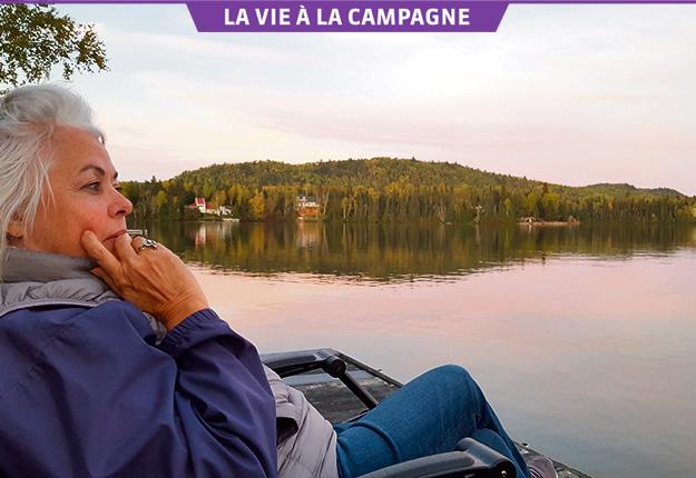 Louise Portal sur le quai qu'elle chérit au Saguenay, en train de méditer sur sa vie. Crédit photo : Gracieuseté de Louise Portal
