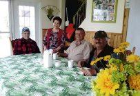 Les fondateurs de la Ferme 3J, Léon Bradette (à gauche) et Georgette Guay, ont instauré les rendez-vous hebdomadaires du mercredi après-midi autour de la grande table familiale. Crédit photo : Gracieuseté de la Ferme 3J