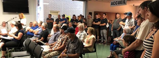 Une cinquantaine d'agriculteurs étaient présents au conseil municipal du 3 juillet à Contrecœur.