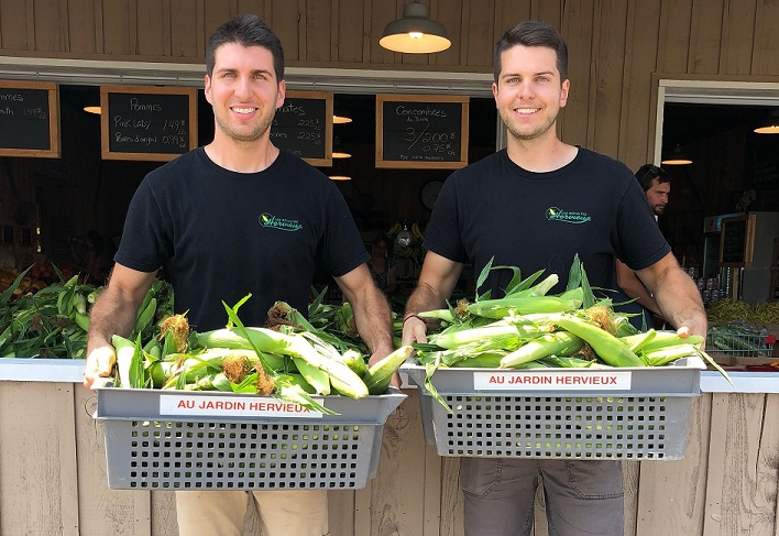 Les frères Alex et Tommy Hervieux vendent les fruits de leur récolte depuis le 8 juillet à leur kiosque de L'Assomption. Photo : Gracieuseté des Récoltes Hervieux
