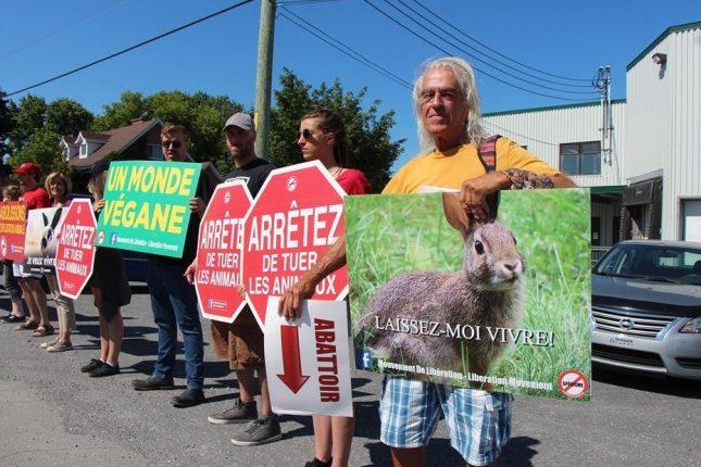 Une dizaine d'activistes se sont rassemblés devant l'Abattoir Ducharme pour protester contre toute forme d'exploitation animale. Crédit photo : Rosalie Dion/TCN