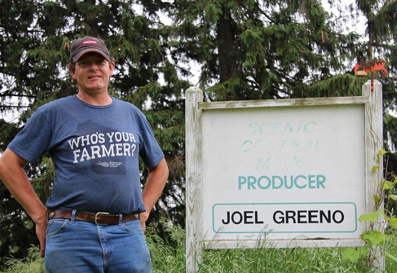 L'ex-producteur de lait Joel Greeno devant les vestiges de sa pancarte de ferme. Crédit photo : Julie Mercier/TCN