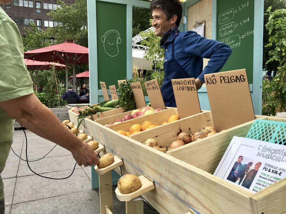 L'auteur-compositeur-interprète Jérôme Minière a imaginé un concept d'épicerie musicale, qui marie culture et agriculture. Crédit photo : Louise Édith Vignola