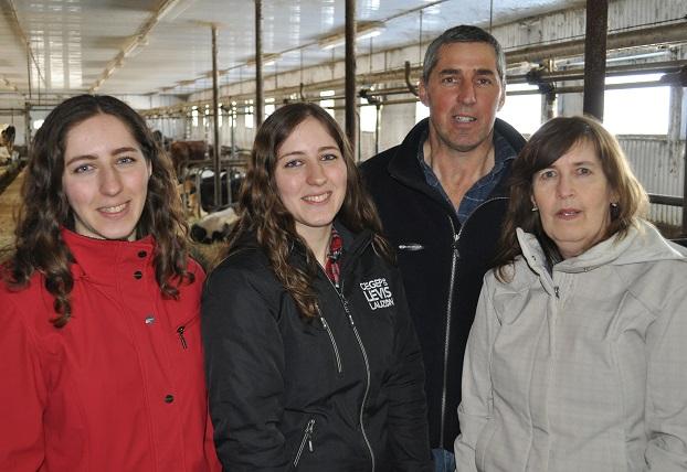 Les jumelles Catherine et Anne-Sophie et leurs parents, Sylvain Paquet et Diane Martineau, tirent leur force du soutien mutuel. Absente de la photo : Marie-Claude. Photos : Johanne Martin