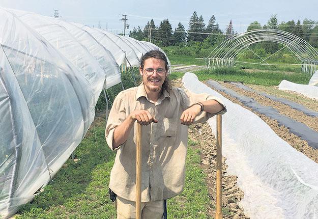 Alexandre MacMillan, des Jardins d'à côté, cultive des légumes à la Plateforme agricole de L'Ange-Gardien. Crédit photo: Gracieuseté de la Plateforme agricole de L'Ange-Gardien