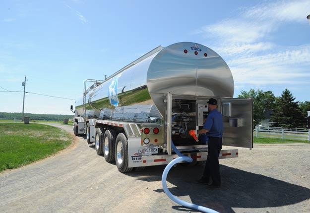 En juillet dernier, les livraisons de lait dépassaient de 4 millions de litres les besoins des usines. Crédit photo : Archives/TCN