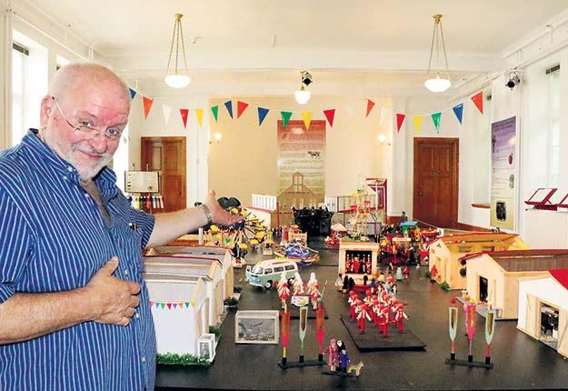 Le commissaire Pierre Lévesque devant la maquette d'une exposition agricole typique. Crédit photo : Maurice Gagnon