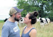 Après deux ans et demi de fréquentation, Rafaëlle et Pierre-Luc se sentent prêts à s'unir. Ils ont choisi de le faire à la ferme. Crédit photo : Myriam Laplante El Haïli/TCN