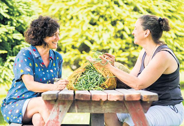 France Bouthillette fait transformer sa fleur d'ail à forfait par Martine Bergeron, un partenariat qui se révèle très positif puisque le produit final bénéficie de l'expertise de chacune. Crédit photo : Martin Ménard / TCN