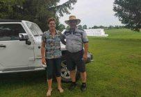 Chantale Laforest et Claude Gilbert à leur premier arrêt chez un producteur de foin biologique. Crédit photo : Gracieuseté de Chantale Laforest