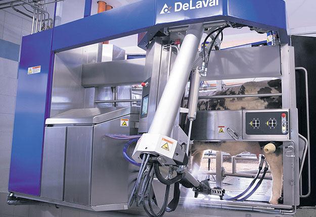 Quelque 100 millions d'euros d'investissements et près de trois ans de recherche et développement plus tard, le tout nouveau robot de traite de la compagnie DeLaval arrive dans les fermes du Québec. Ce VMS V300 dépasse la barre des 3 000 kg de lait par jour. L'entreprise promet une vitesse de traite bonifiée d'environ 15 %. Crédit photo : DeLaval