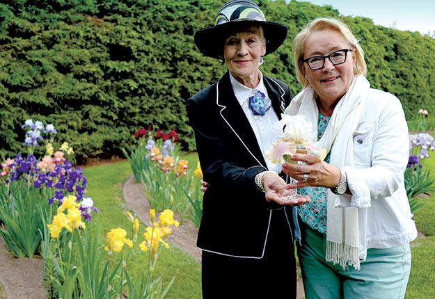 L'horticultrice Gisèle Lebrun a présenté l'iris à Pauline Marois le 24juin dernier. Crédit photo : Maurice Gagnon