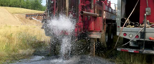 Lors du forage, le but est de trouver une source qui produira au moins 260gallons d'eau (1000litres) pendant la première heure.