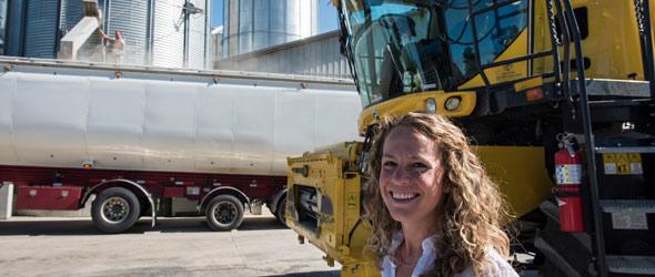 La mise en marché des grains, le suivi agronomique et la gestion de l'entreprise tiennent Audrey Bogemans bien occupée. Elle constate toutefois que les activités agricoles de son conjoint aux champs sont plus valorisées que ses tâches administratives.