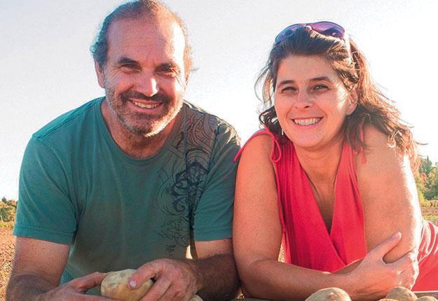 Les propriétaires de la ferme Les Couleurs de la terre, Guy Fradette et Patricia Claveau, cultivent dans leurs champs à Yamachiche 35variétés de pommes de terre. Photos : Krystine Buisson