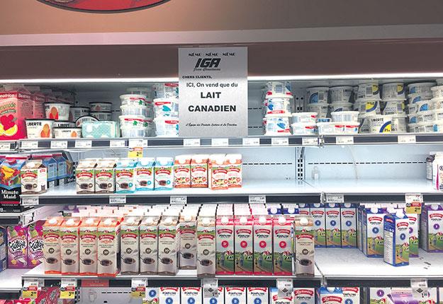 Certains épiciers n'ont pas hésité à rassurer les consommateurs quant à la provenance du lait sur leurs tablettes. Photo : Vincent Cauchy/TCN