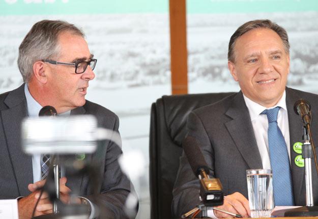 Marcel Groleau et François Legault à la Maison de l'UPA, au cours de la campagne électorale, alors que le chef caquiste était venue présenter ses engagements en agriculture. Crédit photo : Archives TCN