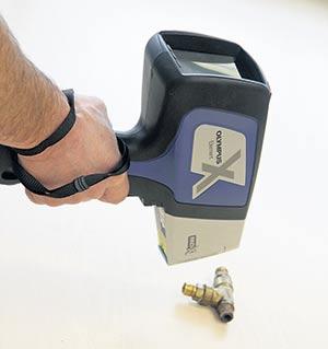 Pistolet à fluorescence rayonX utilisé par le Centre ACER afin de permettre l'estimation de la teneur en plomb de l'équipement acéricole. Photo : Gracieuseté Centre Acer