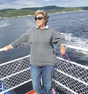 Chaque année, Louise Beaudoin visite les villages de la Haute-Côte-Nord. La voici sur le traversier Baie-Sainte-Catherine–Tadoussac.