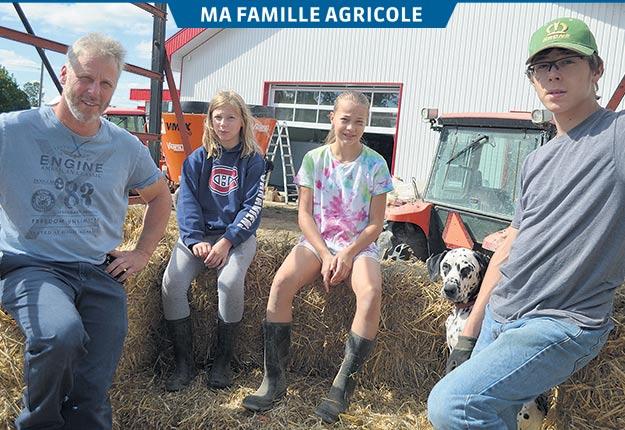 Stéphane Leduc en compagnie de ses enfants Lili-Rose, Emmy-Jeanne et Alexandre, se préparaient à recevoir le public lors des dernières Portes ouvertes sur les fermes du Québec. Crédit photos: Pierre Saint-Yves