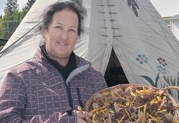 La guide mycologue Lorraine Hallé s'apprête à livrer les fruits de sa dernière cueillette en forêt à l'un des restaurants de Trois-Rivières qui participent à l'événement Myco 2018. Crédit photo : Pierre Saint-Yves