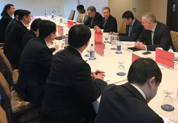 François-Philippe Champagne (au centre), ex-ministre du Commerce international, s'est grandement impliqué dans les négociations du PTPGP. Photo tirée du compte Facebook de François-Philippe Champagne