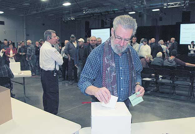 Les délégués du Syndicat des producteurs forestiers du sud du Québec ont voté massivement en faveur de la négociation collective du bois de sciage en novembre 2017. Crédit photo : Archives TCN